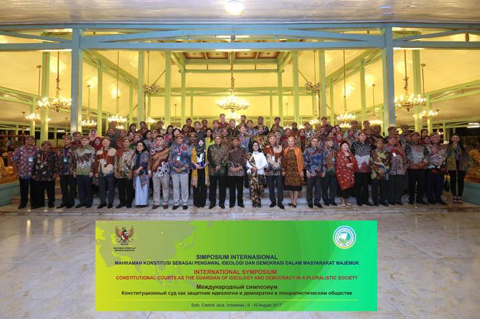 Seluruh Peserta Simposium Internasional dari Indonesia _ berbagai Negara di Dunia mengenakan busana Paradise BAtik